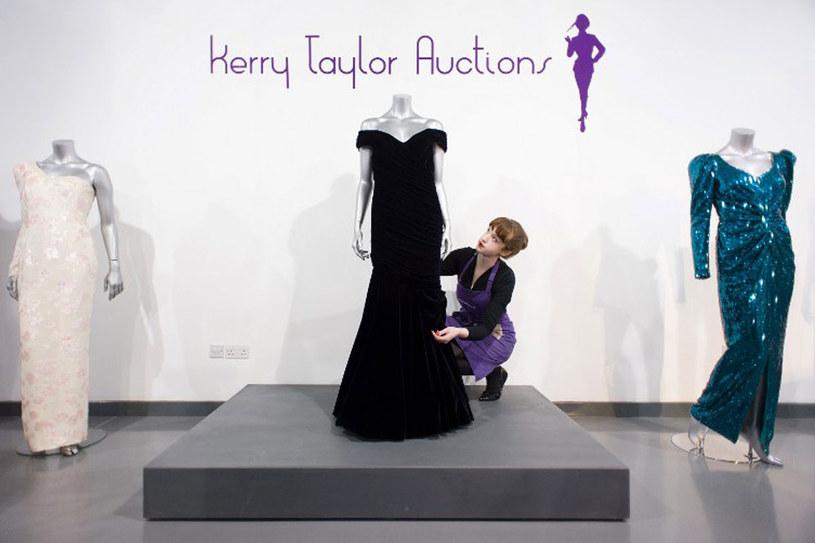 Ta suknia została sprzedana za 240 tys. funtów /AFP