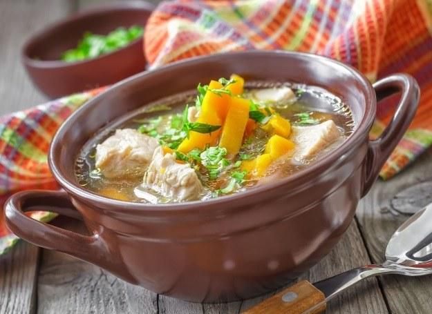 Tą sycącą zupę możesz również podać z ryżem /123RF/PICSEL
