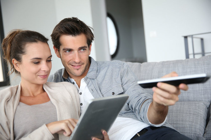 Tablet może zastąpić pilota od telewizora /123RF/PICSEL