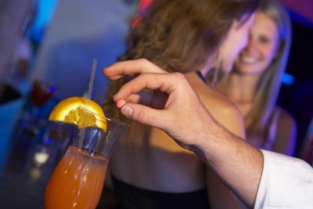Tabletki gwałtu w końcu znikną z klubów i dyskotek? /123RF/PICSEL
