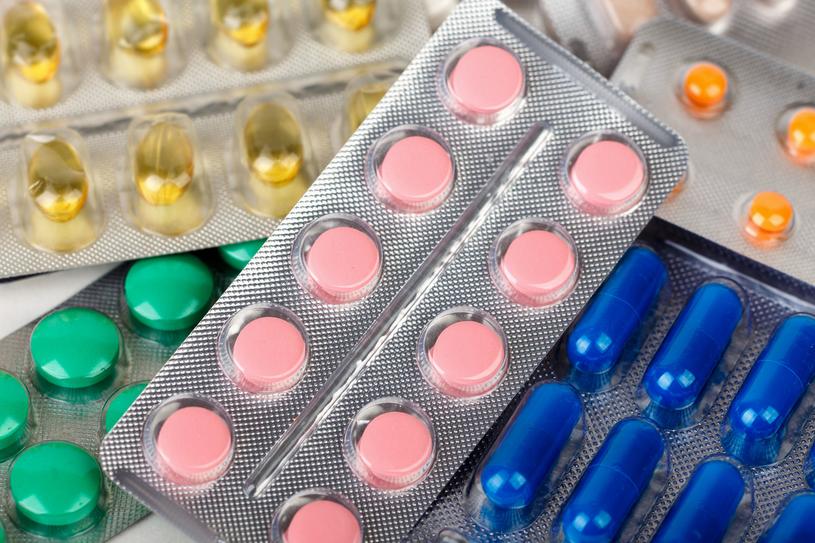 Tabletki na nadpotliwość są bardzo popularne. Trzeba jednak na nie uważać /123RF/PICSEL