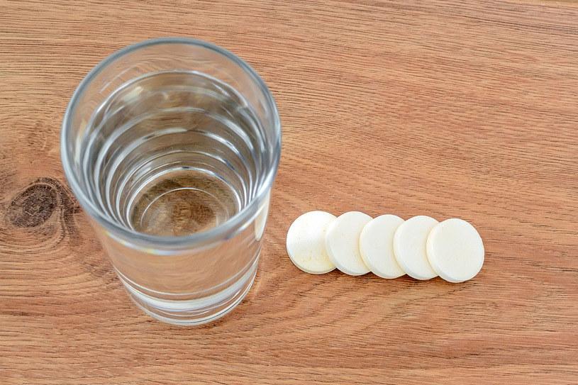 Tabletki wapna do rozpuszczania w wodzie nie zajmą wiele miejsca w bagażu, a mogą zażegnać niejedną katastrofę /123RF/PICSEL