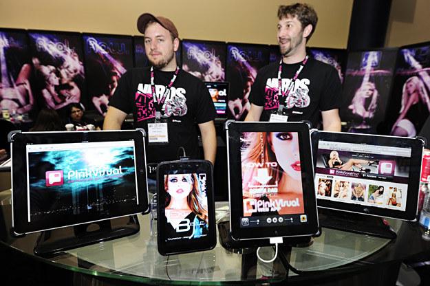 Tablety z aplikacjami pornograficznymi z firmy Pink Visual /AFP