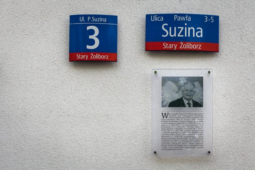 Tablica pamiątkowa poświęcona Lechowi Kaczyńskiemu, który zginał 10 kwietnia 2010 roku w katastrofie smoleńskiej /Krystyna Blatkiewicz /Reporter
