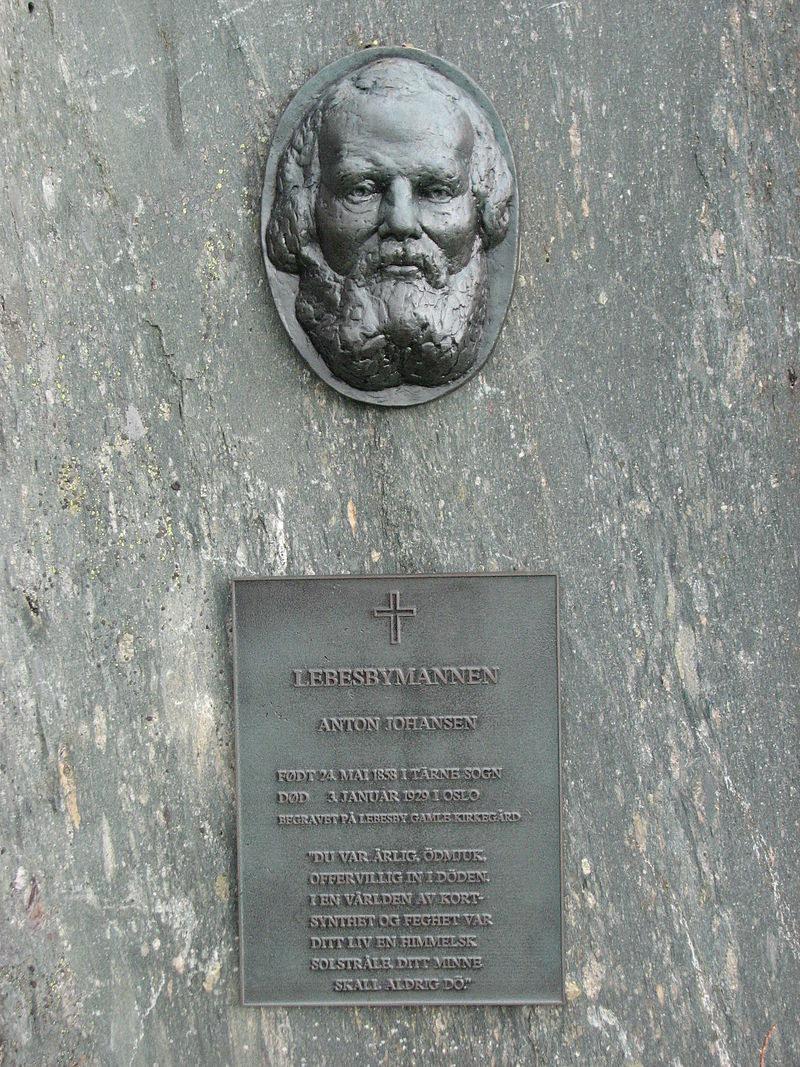 Tablica pamiątkowa w gminie Lebesby z wizerunkiem Antona Johansena /fot. no.wikipedia.org /domena publiczna