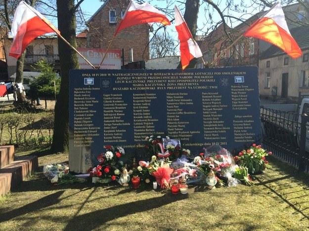 Tablica poświęcona ofiarom tragedii smoleńskiej w Kościerzynie na Pomorzu /Kuba Kaługa /RMF