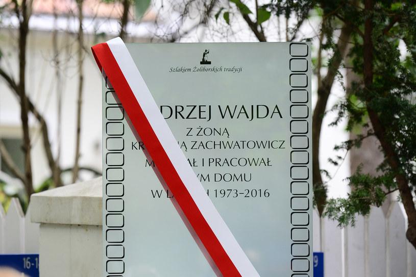 Tablica przed domem Andrzeja Wajdy na Żoliborzu /Radosław Nawrocki /Agencja FORUM