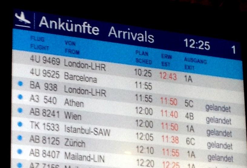 Tablica przylotów na lotnisku w Duesseldorfie /AFP