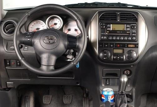 Tablica przyrządów bogatej wersji Sol po liftingu (zmieniona konsola środkowa, ale radio – takie samo). Jeszcze rzadsza jest wersja Prestige ze skórzaną tapicerką – była niewiarygodnie droga. /Motor