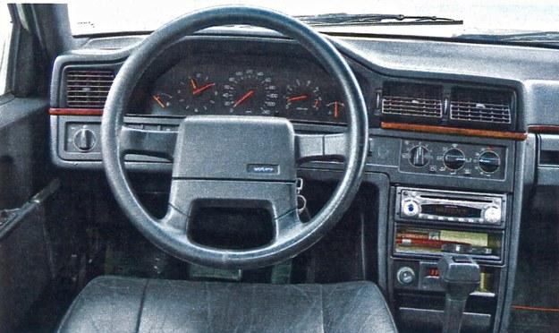 Tablica przyrządów Volvo 960 jest bardzo przejrzysta i ergonomiczna. W niektórych miejscach widać jednak niedoróbki w montażu. /Motor