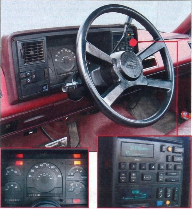 Tablica przyrządów zaprojektowana jest prosto i jasno. Znalazło się miejsce na elektroniczne wyświetlacze prędkości, systemu klimatyzacji i radioodbiornika. /Motor