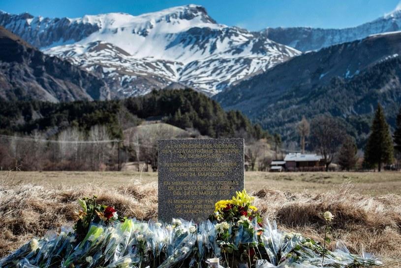 Tablica upamiętniająca ofiary katastrofy, niedaleko miejsca, gdzie rozbił się samolot /AFP