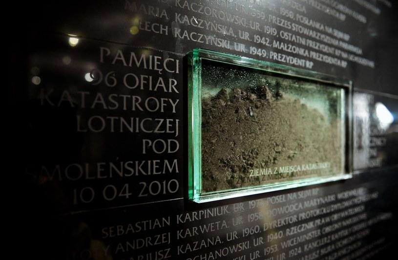 Tablica upamiętniająca ofiary katastrofy smoleńskiej w Katedrze Polowej WP /Piotr Wygoda /East News