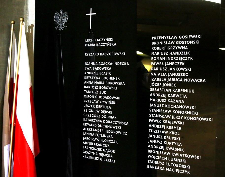 Tablica upamiętniająca ofiary katastrofy smoleńskiej w Świątyni Opatrzności Bożej /Tomasz Gzell /PAP