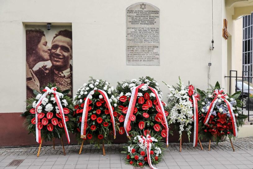 Tablica upamiętniająca ofiary pogromu kieleckiego /Adam Kumorowicz /PAP