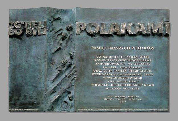 Tablica upamiętniająca ofiary tzw. operacji polskiej NKWD /IPN