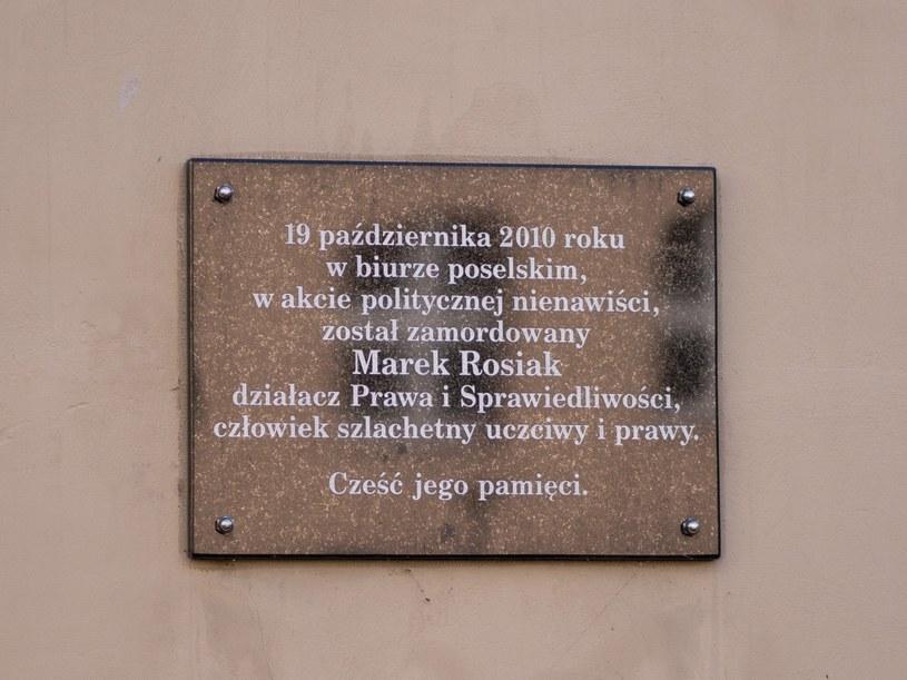 Tablica upamiętniająca zabójstwo Marka Rosiaka w łódzkiej siedzibie PiS /Mikolaj Zacharow /Reporter