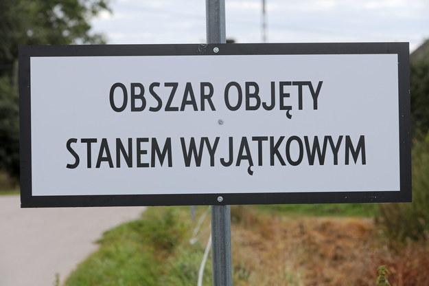 Tablica w Grzybowszczyznie informująca o stanie wyjątkowym na obszarze przygranicznym województw podlaskiego i lubelskiego. / Artur Reszko    /PAP