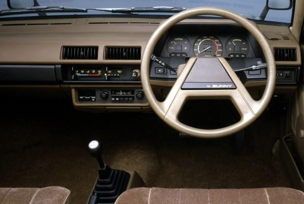 Tablica wskaźników na szczęście nie wykazuje jeszcze skutków działalności stylistów-elektroników (na fot. wersja japońska). /Nissan