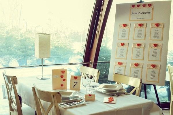 Tablica z listą gości, dekoracje stołu, winietki, zaproszenia w kolorze pomarańczowym:  Pracownia Florystyczna Astra /abcslubu.pl