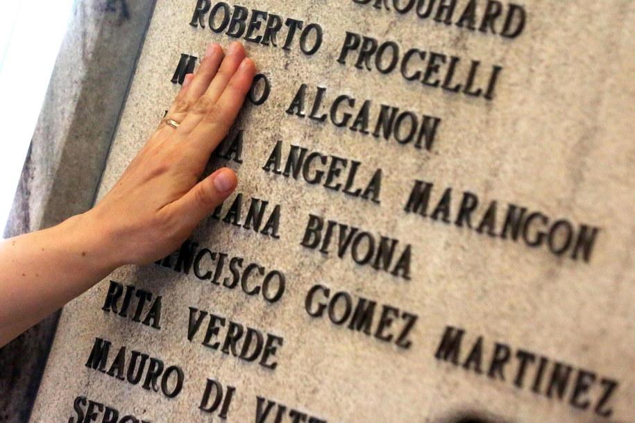 Tablica z nazwiskami 85 ofiar zamachu na stacji w Bolonii /GIORGIO BENVENUTI /PAP/EPA
