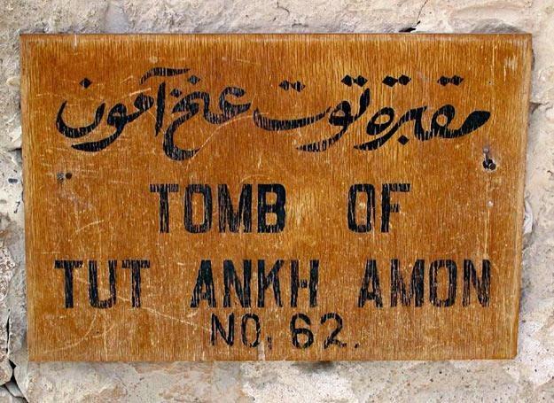 Tabliczka przy wejściu do grobowca Tutenchamona w Dolinie Królów /fot. 123RF/PICSEL /© EurekNews.pl