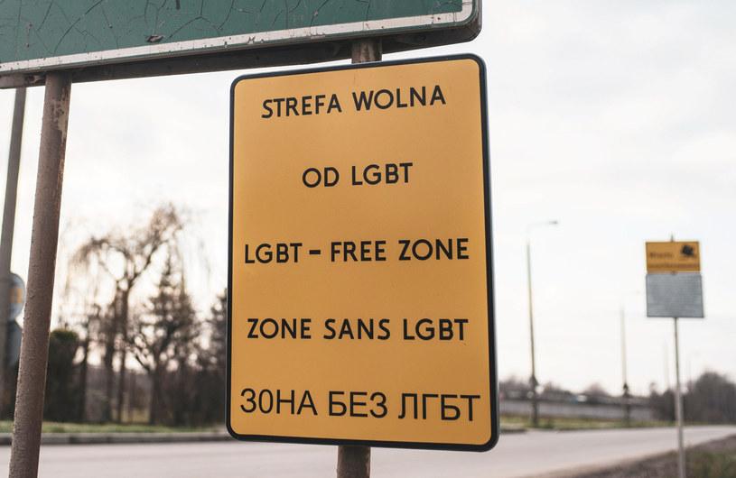 """Tabliczka """"Strefa wolna od LGBT, zdjęcie ilustracyjne /Bartosz Staszewski /East News"""