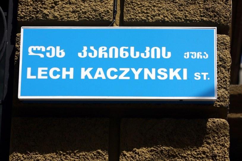 Tabliczka z nazwą ulicy im. Lecha Kaczyńskiego w Tbilisi /Marcin Osman /Reporter