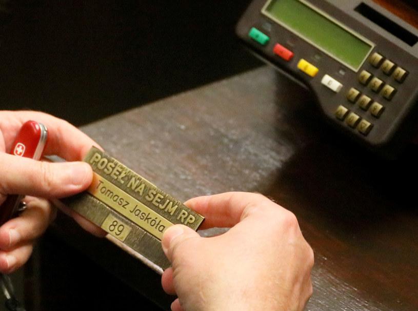 Tabliczka z nazwiskiem posła, zdjęcie archiwalne z ostatniego posiedzenia poprzedniej kadencji /Jakub Kaminski/East News /East News