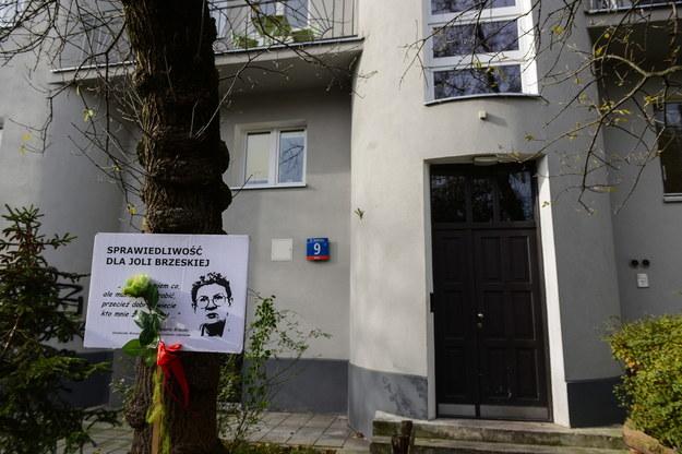 Tabliczka z portretem Jolanty Brzeskiej przed kamienicą, w której mieszkała / Jakub Kamiński    /PAP