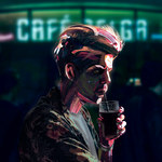 """Taco Hemingway wrócił do korzeni. Na """"Cafe Belga"""" znów rapuje po angielsku"""