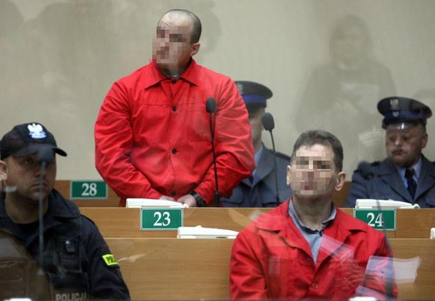 Tadeusz G. (po prawej) i Wojciech W. na ławie oskarżonych, gdy rozpoczynał się proces tzw. gangu zabójców, napadających na właścicieli kantorów (14 stycznia 2009) /Jacek Bednarczyk /PAP