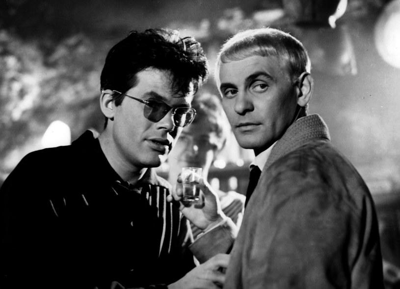 """Tadeusz Łomnicki i Zbigniew Cybulski w filmie """"Niewinni czarodzieje"""" (1960) /East News/POLFILM"""