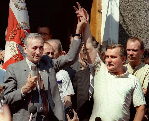Tadeusz Mazowiecki i Lech Wałęsa przed kościołem św. Brygidy. Zdjęcie z 1989 roku /AFP