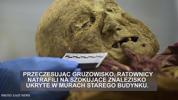 múmia az arc piros foltjaitól