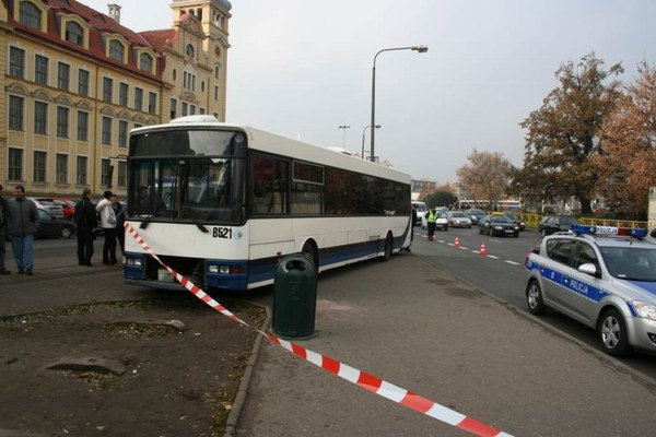 Autobus miejski z niewyjaśnionych przyczyn uderzył w stojęce na chodniku kobiety. Jedna z nich zmarła.