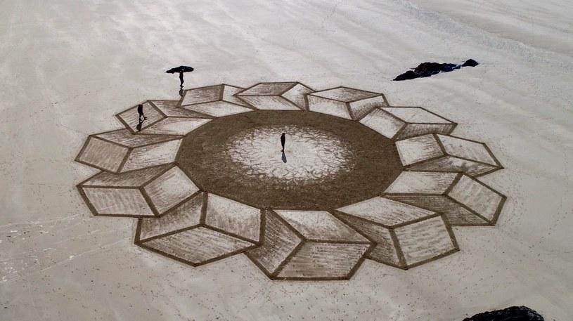 Tajemnicze wzory tworzone przez Marca Treanora /Marc Treanor - Sand Circles/Facebook /