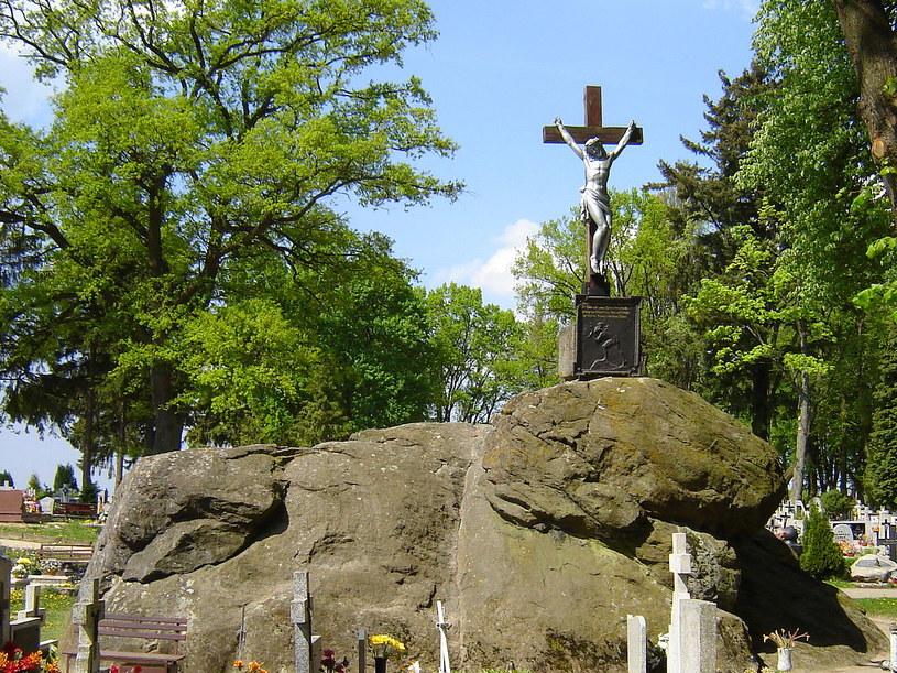 Tajemniczy głaz znajduje się na cmentarzu w miejscowości Tychowo w województwie zachodniopomorskim /Wikimedia Commons /domena publiczna