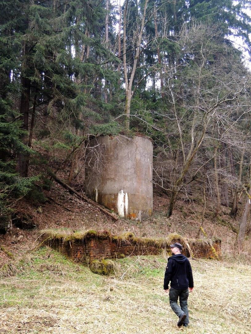Tajemniczy zbiornik oddalony od innych pozostałości pierwszej papierni /Odkrywca