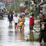 Tajfun nad Filipinami: 6 zabitych i blisko 400 tys. ewakuowanych