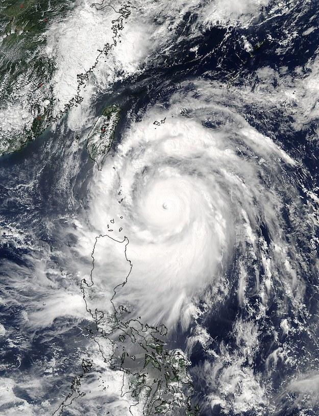 Tajfun o prędkości wiatru dochodzącej do 216 km/godz /EPA/RICHIE TONGO /PAP/EPA