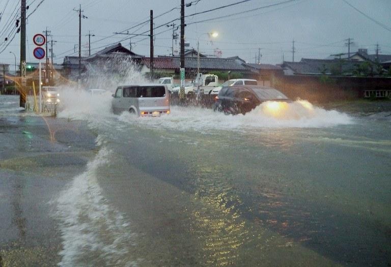 Tajfunowi towarzyszą ulewne deszcze /AFP