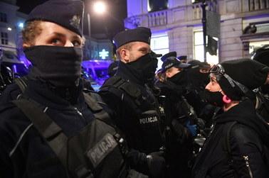 Tajniacy używali pałek wobec protestujących. Rzecznik tłumaczy brutalność policji