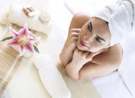 Tajski masaż, spa a może maseczka z glinki? Wypróbuj recepty na piękny wygląd innych kobiet. /ThetaXstock