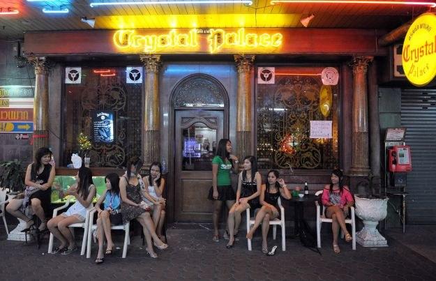 Tajskie dziewczęta przed dyskoteką /AFP