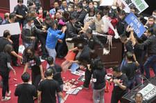 Tajwan: Bójka w parlamencie. Premier obrzucony świńskimi wnętrznościami
