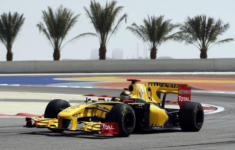 Tak 12 marca 2010 r. Robert Kubica prezentował się na torze w Bahrajnie, jadąc w bolidzie Renault /AFP