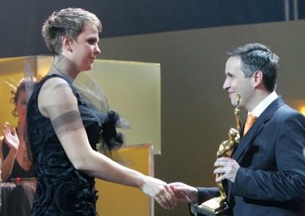 """Tak był przed rokiem... Otylia Jędrzejczak odbiera nagrodę z rąk redaktora naczelnego """"PS"""" /Agencja Przegląd Sportowy"""