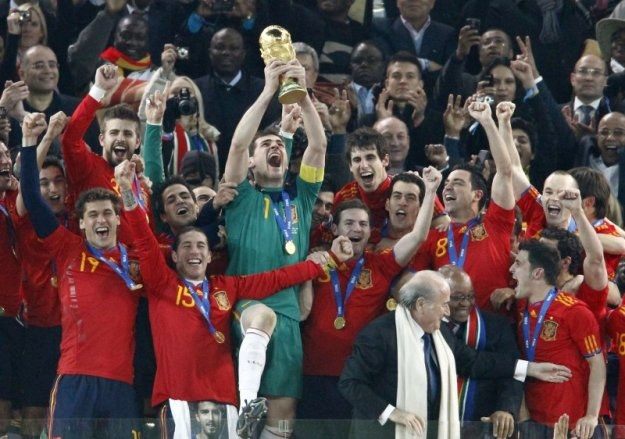 Tak cieszą się Hiszpanie - nowi mistrzowie świata. Puchar wznosi kapitan drużyny, Iker Casillas /AFP