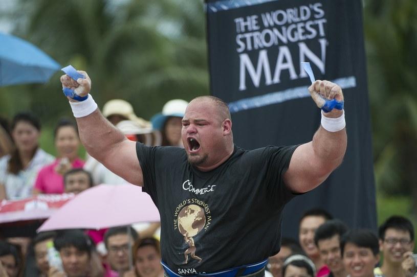 Tak cieszy się nowy najsilniejszy człowiek świata z odzyskania tytułu po dwóch latach /Getty Images/Flash Press Media